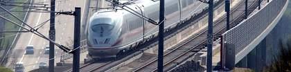 Zwei Verkehrsträger: Eisenbahnstrecke kreuzt Bundesautobahn